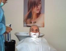 Снимка на възрастен човек който бива бръснат